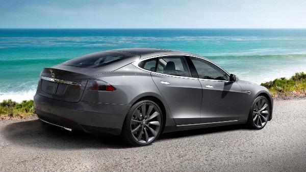 Tesla Model S у моря