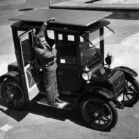 Электрический автомобиль на солнечных панелях в 1960 году