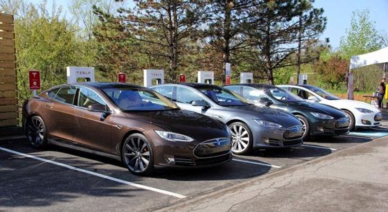 Tesla Model S заряжаются на станции Supercharger